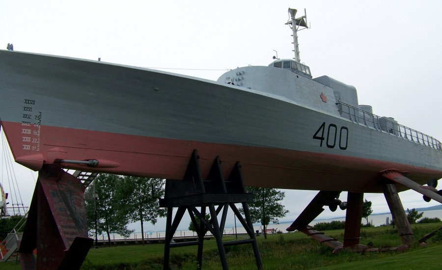 The 400 in all her hydrofoil glory.