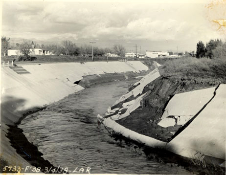 A Los Angeles River levee fails during the flooding of 1938. (via U.S. Army Corps of Engineers)