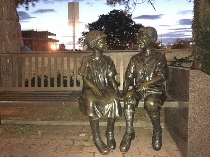 billy-jane-naperville-statue-bench2