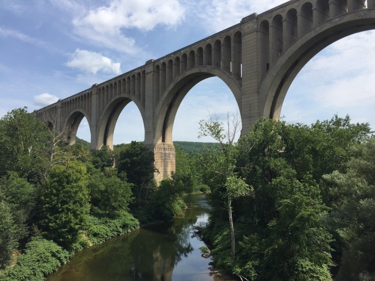 Built by the Delaware Lackawanna and Western Railroad, the Tunkhannock Viaduct was in 1915 the longest concrete structure in the world. It has 11 piers and pale, smooth arches.